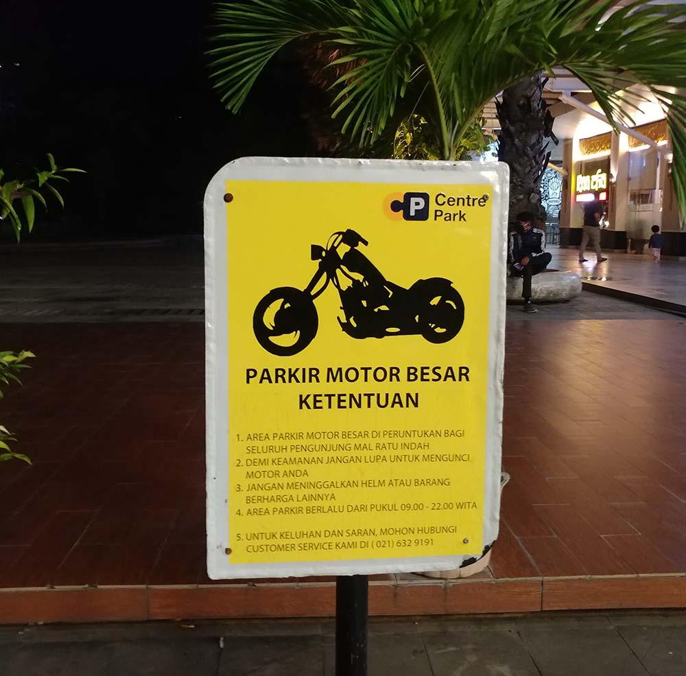 Parkplatz nur für große Motorräder!
